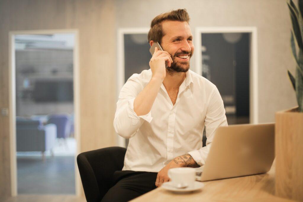 homem-no-escritório-falando-ao-telefone