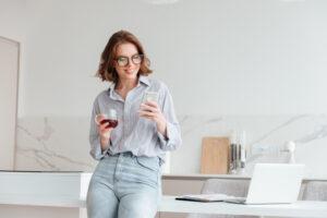 mulher-feliz-utilizando-iphone